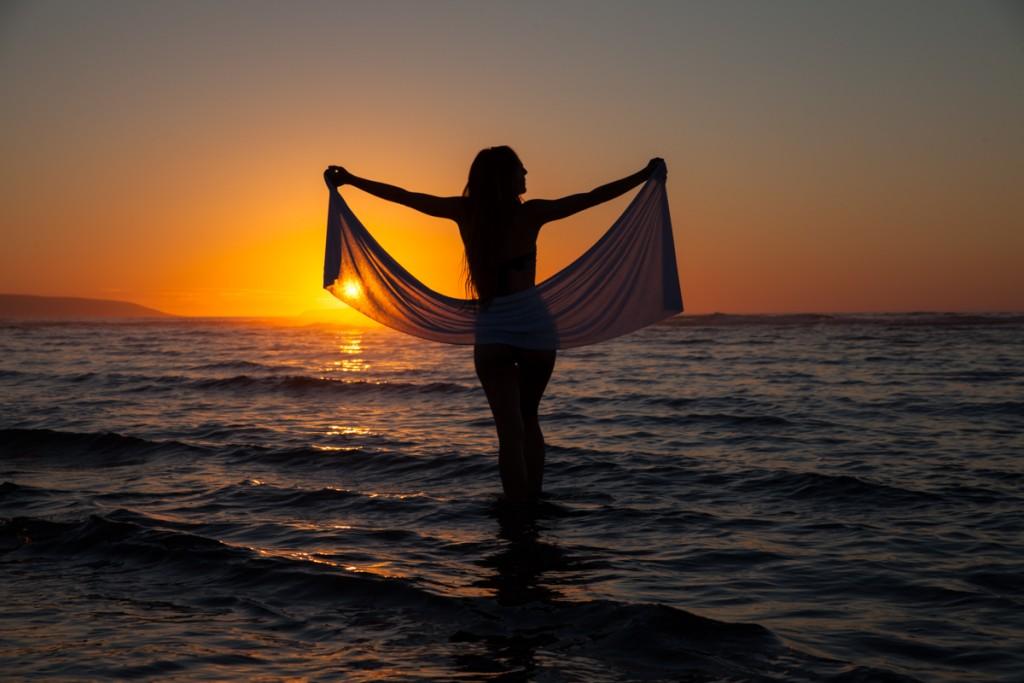 Silueta de la modelo en la puesta de Sol