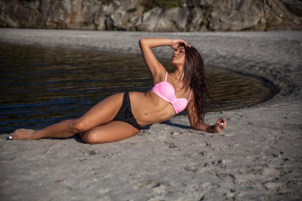 Modelo en bikini en la playa