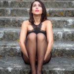 Chica en la escalera medias y vestido negro