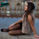 Chica y reflejo en el río Mero