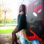 Chica apoyada en los graffitis