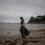 Modelo paseando por la playa