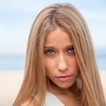 Ojos azules y melena rubia