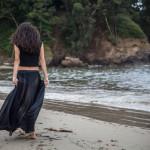 Sola y descalza por la playa