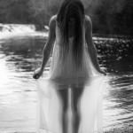 Vestido mojado en el río