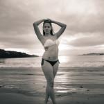 Posando en la playa modelos en bikini