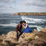 La pareja frente a las olas