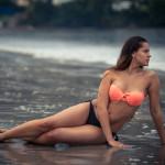 Sentada en la arena mojada