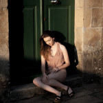 Sentada en la puerta verde
