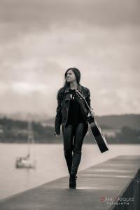 Paseando por el puerto con la guitarra