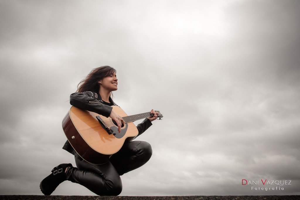 Lucía Camba tocando la guitarra