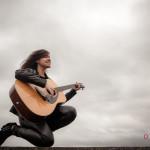 Lucía Camba y su guitarra en el puerto de Sada
