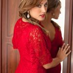 Modelo con vestido rojo en el espejo