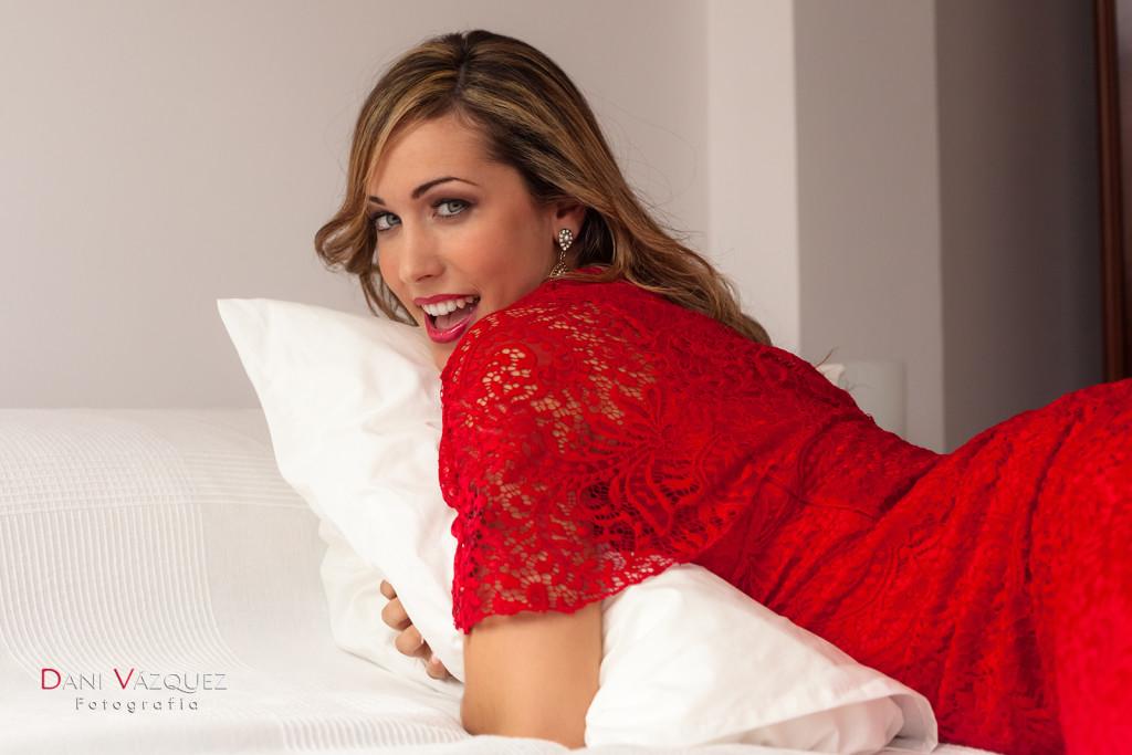 Chica abrazando la almohada