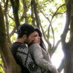 Novios en pose romántica
