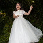 Niña bailando vestida de comunión