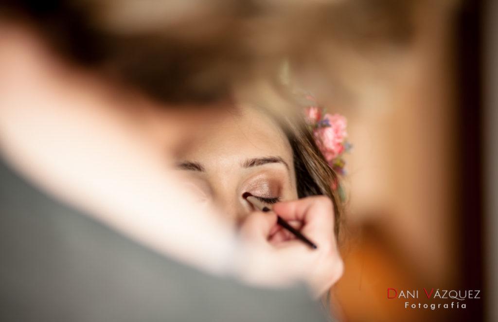 Maquillando los ojos de la novia para la boda