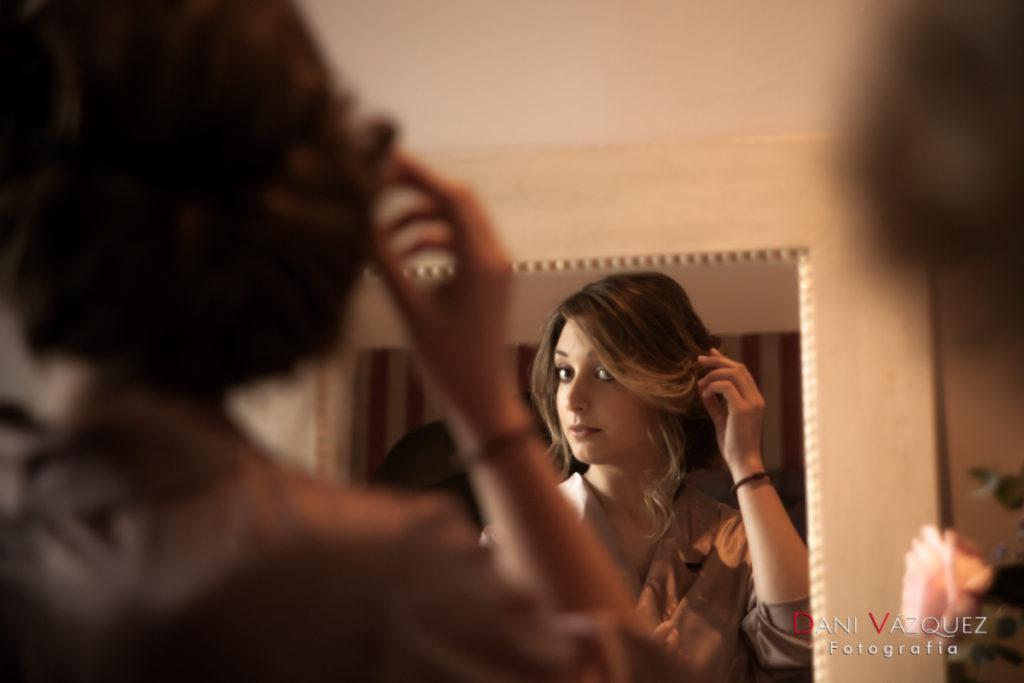 Novia mirándose en el espejo