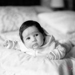 Bebé en la cama de sus padres