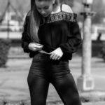 Chica con vaqueros rotos por las rodillas