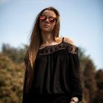 Sofía con gafas de sol y vaqueros rotos