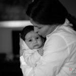 Madre consuela a su hija
