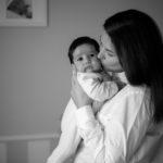 Madre con su bebé en brazos