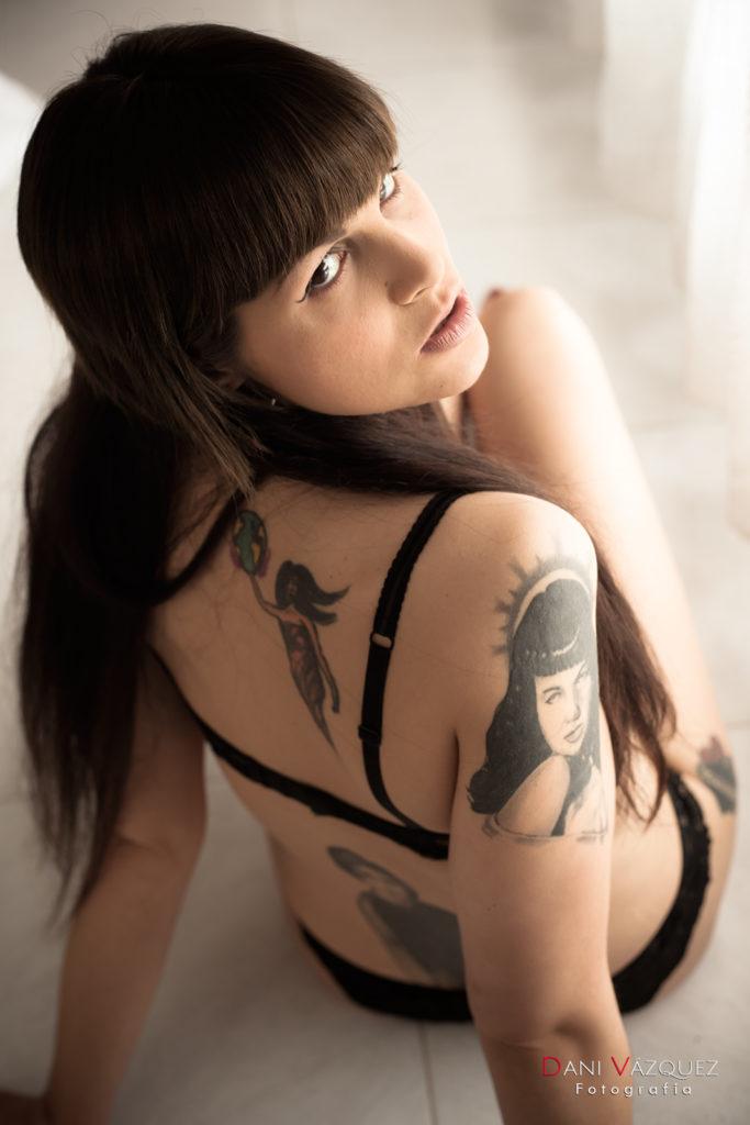 Modelo tatuada en sesión boudoir en Galicia
