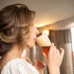 La novia bebiendo cerveza en la fiesta