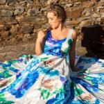 Rubia sentada en el castillo de Fontán
