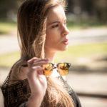 Modelo muestra sus gafas de sol