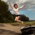 Chica joven saltando del barco