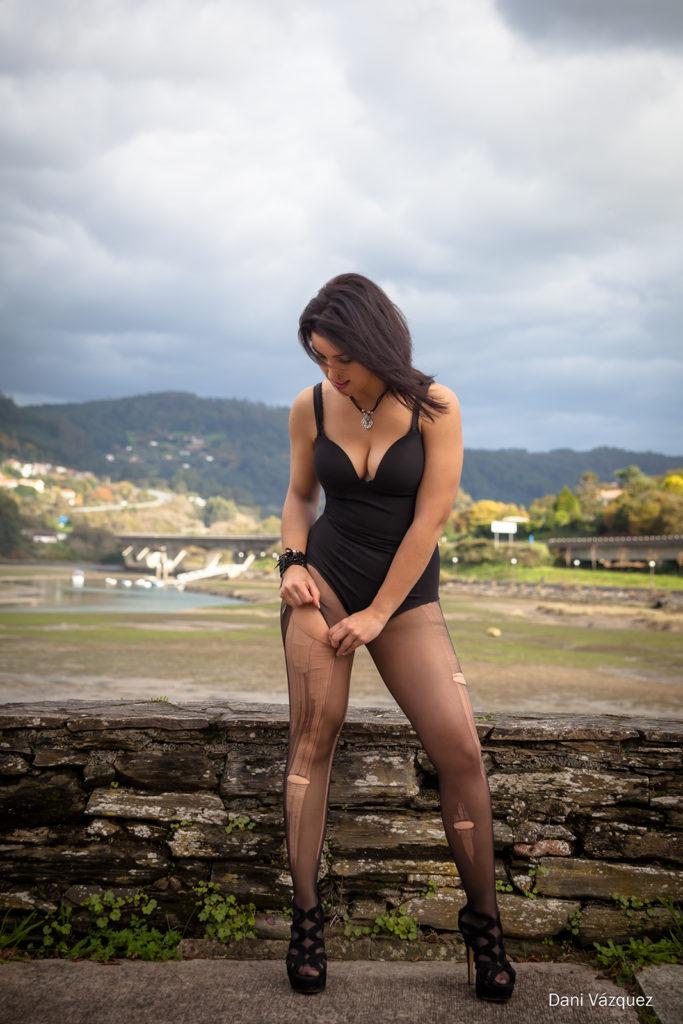 Mujer rompiendo las medias negras
