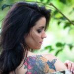 Modelo con tatuajes en la espalda