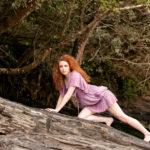 Mujer subida a unas rocas