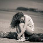 Mujer triste y pensativa