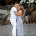 Novios se besan en la playa