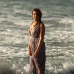 Vestido mojado en la playa