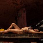 Modelo en bikini acostada al sol