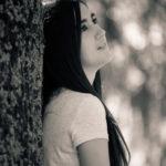 Chica morena en el árbol