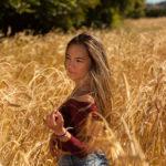 Modelo en el campo de trigo