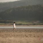 Paseo por la playa de chica morena