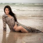 Posando en el mar con un vestido mojado
