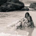 Dos chicas tumbadas en la playa a la orilla del mar