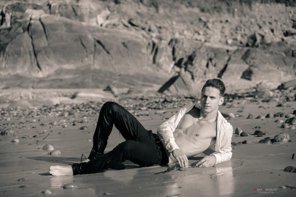 Tumbado mojado en la playa