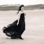 Laura Nóvoa con vestido negro