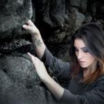 Modelo en las rocas