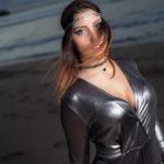 Vestido plateado en la playa