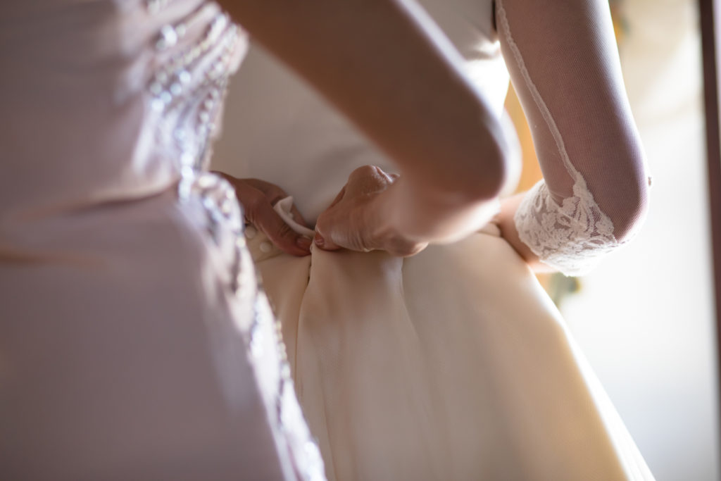 Vistiendo a la novia sin posar