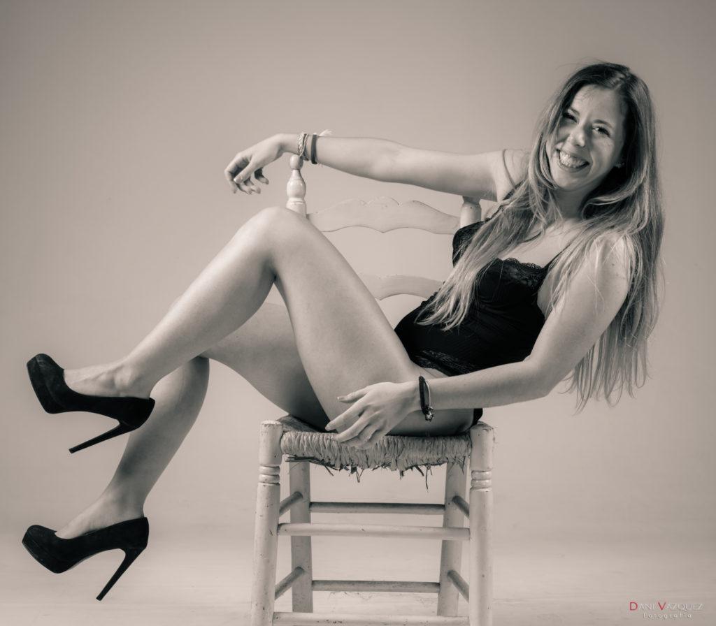 Sentada en la silla